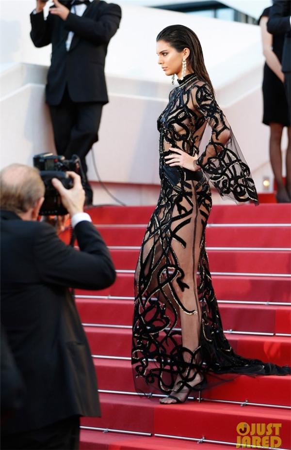 Kendall Jenner phô diễn gần như trọn vẹn cơ thể trong thiết kế xuyên thấu. Ngay vùng kín, nữ người mẫu chỉ che chắn hờ hững bằng chiếc quần da cạp cao.