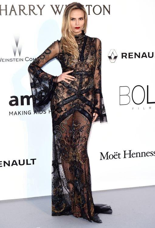 Nếu như ở chiếc váy trên, khán giả còn nhìn thấy công cụ che chắn thì với Natasha Poly, bodysuit màu da khiến nhiều người lầm tưởng cô không mặc nội y.