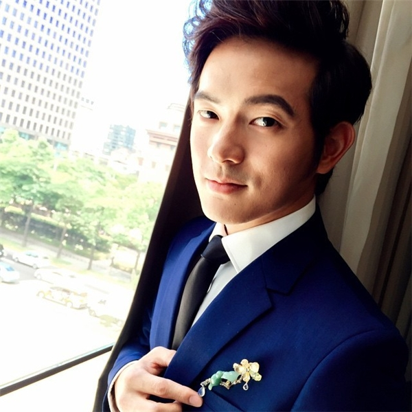Chàng diễn viên điển trai này từng dính tin đồn hẹn hò với nữ diễn viên nổi tiếng Từ Nhược Tuyên nhưng cả hai đã cùng lúc phủ nhận việc này.