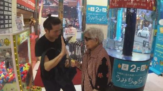 Không chỉ có thế, anh chàng còn đăng một đoạn phim ghi lại cảnh anh cùng bà chơi trò chơi gắp banh rất thú vị.