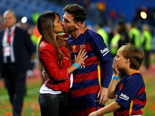 Messi ăn mừng chiến thắng cùng bạn gái sau trận chung kết cúp Nhà vua.