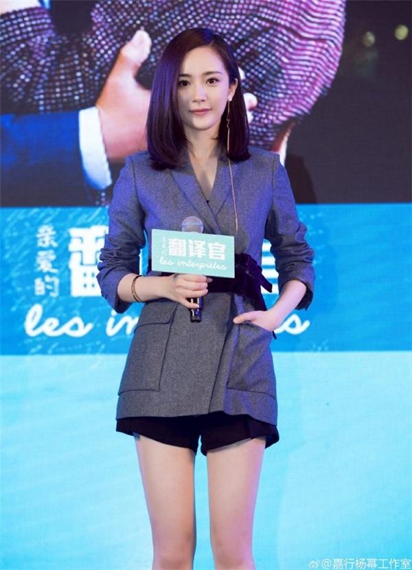 Dương Mịch tỏ ra mệt mỏi trong sự kiện chiều 24/5. Ảnh: QQ.