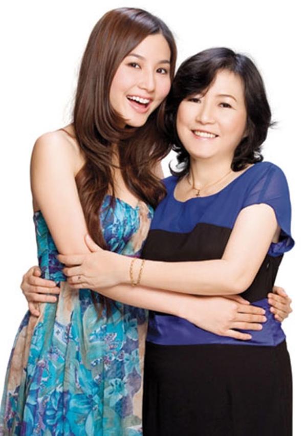 Sẽ không ngoa khi nói rằng nữ diễn viên Diễm My 9x đang chụp ảnh cùng chị gái bởi mẹ cô có nhan sắc tỉ lệ nghịch với lứa tuổi. - Tin sao Viet - Tin tuc sao Viet - Scandal sao Viet - Tin tuc cua Sao - Tin cua Sao