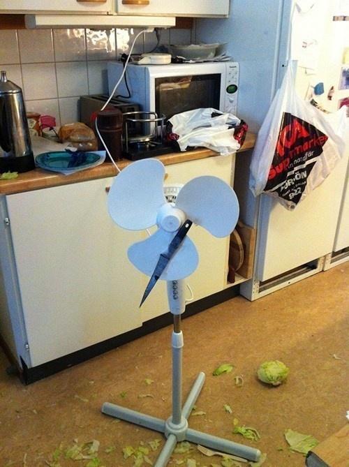 Không biết bộ óc vĩ đại nào đã phát minh ra chiếc máy cắt rau củ này? P/s: hạn sử dụng: 1 lần.