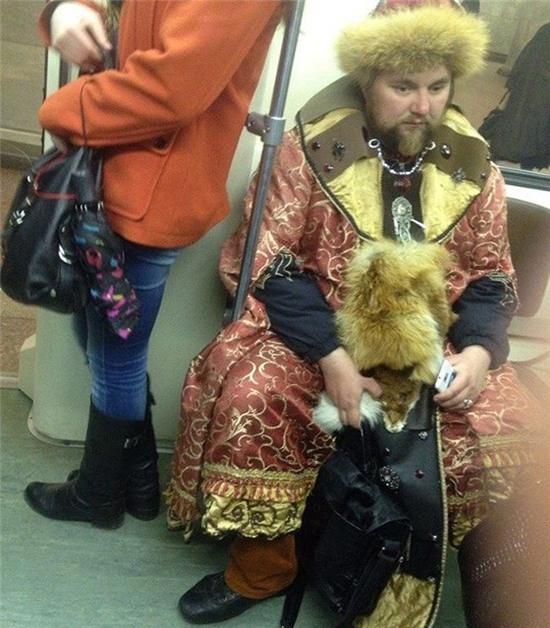 Anh chàng này hẳn là một vị quan đang trên đường đi yết kiến Nga hoàng đây mà.