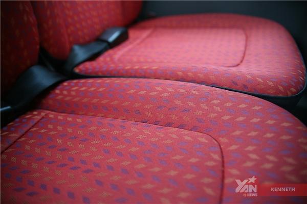Nệm ghế thêu hoa văn đỏđẹp mắt, mang lại cảm giác sang trọng và dễ chịu cho hành khách.