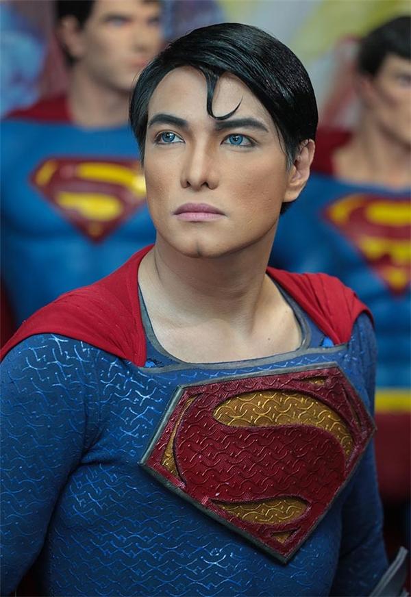 Herbert Chavez là một anh chàng 38 tuổi người Calamba, Philippines, từ lúc còn rất nhỏ đã có tình yêu mãnh liệt đối với các nhân vật siêu anh hùng truyện tranh, đặc biệt là Superman.