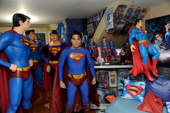 Suốt những năm qua, Herbert đã sưu tập hơn 1.253 món đồ có liên quan đến Superman hoặc in hình Superman, chẳng hạn tượng đồ chơi bằng kích thước thật, búp bê, poster, truyện tranh, ly cốc, rèm cửa, thảm trải sàn, ga giường, bao gối, thậm chí thùng rác.