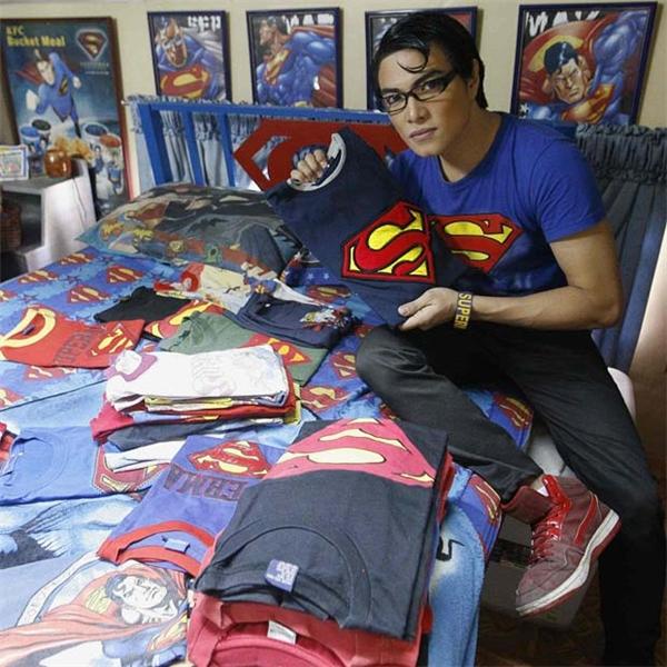 Herbert cùng bộ sưu tập áo thun Superman ở nhà mình, một số do anh tự thiết kế.
