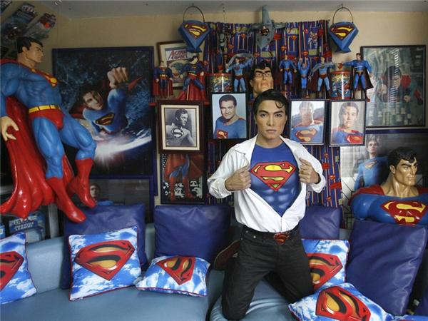 Herbert thường tiêm cho mình một loại thuốc làm trắng da, anh cho biết anh đang có kế hoạch cấy cơ bụng 6 múi để giống Superman hơn.
