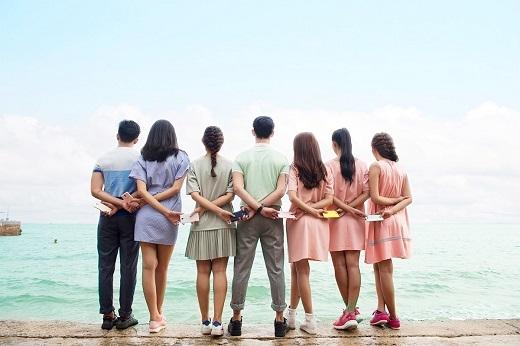 """Xu hướng chụp ảnh nhóm từ sau lưng """"hót hòn họt"""" từ khắp nơi trên thế giới, mới đây nhất là từ giới trẻ Hồng Kôngcũng được nhóm bạn trẻ cập nhật nhanh chóng, đặc biệt là sự đồng điệu màu sắc cùng smartphone LAI Yuna C trên tay."""
