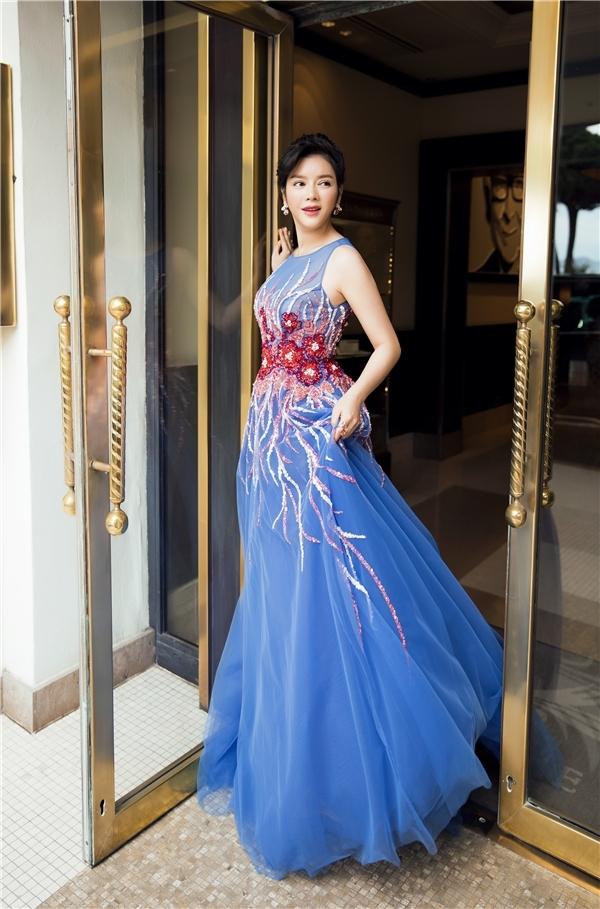 Trong ngày chia tay Liên hoan Phim Cannes 2016, Lý Nhã Kỳ mang đến vẻ ngoài ngọt ngào, thanh thoát khi diện bộ váy bồng xòe với sắc xanh làm chủ đạo.