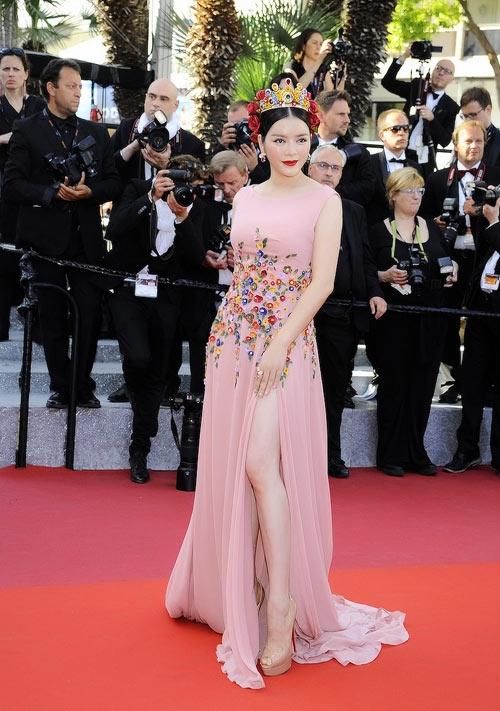 Kết hợp với bộ váy xòe, xẻ tà màu hồng thạch anh của Lý Nhã Kỳ là đôi giày cao gót 16 cm màu nude của nhà mốt Christian Louboutin.
