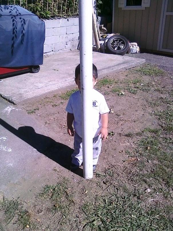 Rõ ràng là trốn sau cây cột rồi, sao bố lại nhìn thấy mình được nhỉ?