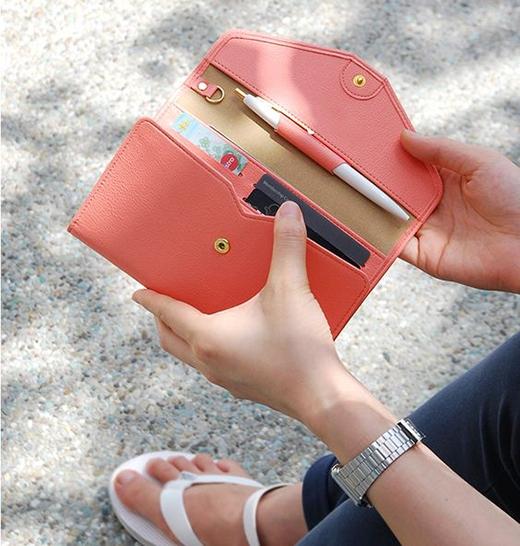 Lựa chọn ví có kích thướcphù hợp nhằm bảo quản tiền và các loại thẻ được tốt hơn. (Ảnh: Internet)