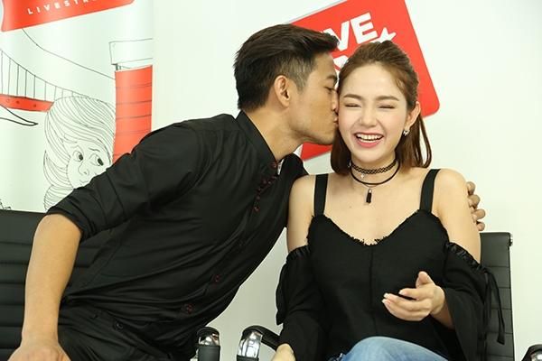 Bất ngờ, Quý Bình đã ôm hôn Minh Hằng trước khi chứng kiến của hơn 11 triệu fan hâm mộ cả nước. Hành động dễ thương của nam diễn viên nhận được nhiều sự ủng hộ của công chúng. - Tin sao Viet - Tin tuc sao Viet - Scandal sao Viet - Tin tuc cua Sao - Tin cua Sao