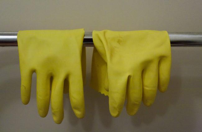 Đeo găng tay cao su để tránh xà phòng ăn tay.