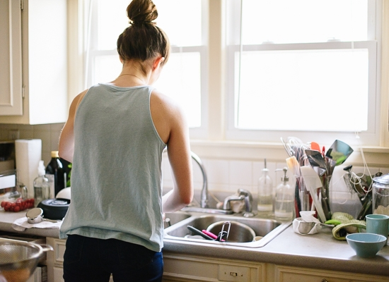 Vừa nấu nướng vừa tranh thủ rửa chén bát sẽ giúp bạn tiết kiệm được rất nhiều thời gian, và bạn cũng sẽ đỡ vất vả sau khi ăn cơm xong vì số lượng chén bát xoong nồi quá nhiều.
