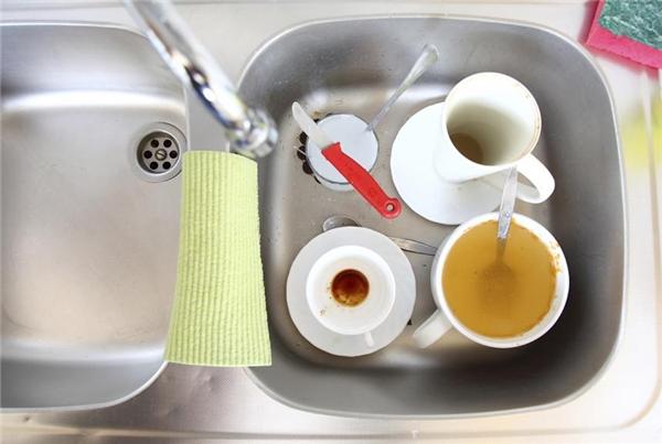 Thay vì nhồi nhét tất cả chén bát bẩn vào cùng một bồn rửa, hãy ngâm chúng ở một chậu hoặc bồn khác để chỗ rửa được rộng rãi mà bạn cũng khỏi lo rửa sót.