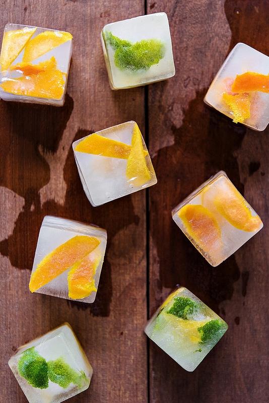 Để triệt mùi hôi cho những loại bồn rửa có chế độ nghiền rác, bạn có thể cắt cam chanh thành từng miếng nhỏ, cho vào khay đá cùng với dấm rồi để cho đông thành viên. Sau đó cho những viên đá này vào bồn rồi bật chế độ nghiền lên và xả nước là xong.