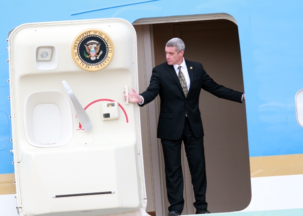 An ninh mở cửa máy bay cho Tổng thống. Ảnh: Internet