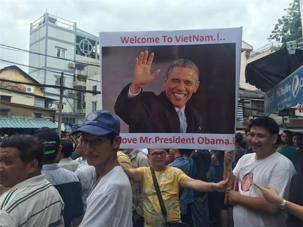 Người dân Sài Gòn háo hức chào đón ông Obama. Ảnh: Internet