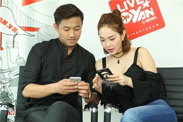 Bộ đôi diễn viên tỏ ra thú vị khi đọc những câu hỏi của người hâm mộ gửi về. - Tin sao Viet - Tin tuc sao Viet - Scandal sao Viet - Tin tuc cua Sao - Tin cua Sao