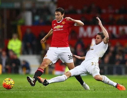 Hậu vệ: Matteo Darmian. Khó khăn bước đầu ở Ngoại hạng Anh không ngăn cản được Darmian nằm trong kế hoạch của Mourinho. Đây là mẫu cầu thủ mà ông rất ưa chuộng. Ảnh: Internet.