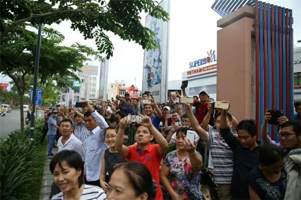 Người dân không bỏ lỡcơ hội ghi lại khoảnh khắc ông Obama đến Sài Gòn. Ảnh: DT
