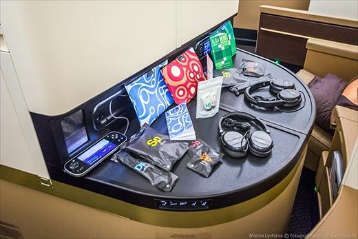 Mỗi hành khách đều được phát miễn phí vớ, đồ nút lỗ tai, bàn chải răng, lược và những vật dụng du lịch khác.