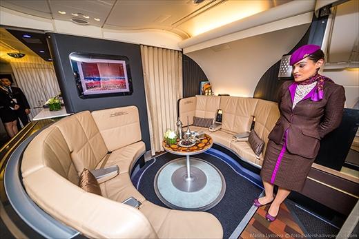Trên tầng hai, ở phần đuôi máy bay có một quán bar nhỏ với những chiếc tràng kỷ êm ái dành cho hành khách hạng thương gia.