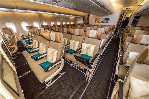 Ở tầng dưới, những chiếc ghế dành cho khách hạng phổ thông cũng được chu đáo cung cấp gối tựa và gối nằm.