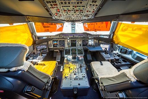 Buồng lái của phi công cũng rất rộng rãi, thoải mái với ghế lót bông êm ái.