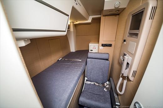 Ngay sau buồng lái là phòng nghỉ của phi hành đoàn, gồm một ghế ngồi và một chiếc giường đơn.