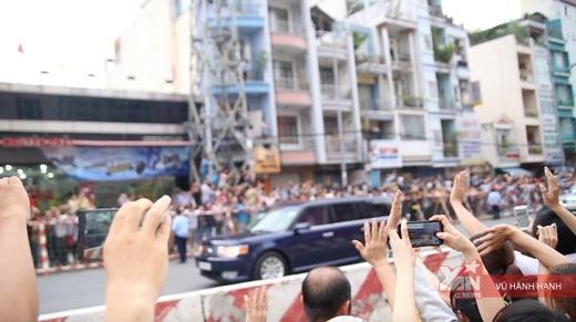 Hàng nghìn người dân nồng nhiệt chào đón Tổng thống Obama đến TPHCM