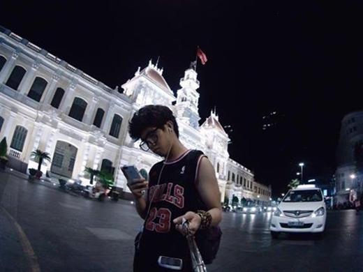 Buổi tối cuối cùng lưu lại Việt Nam, Ranz đã tranh thủ đi dạo một vòng trung tâm thành phố và cũng không quên lưu lại kỷ niệm của mình...