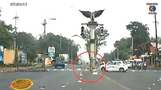 Bé gái 4 tuổi bất ngờ bị rơi từ trên xe xuống giữa đường