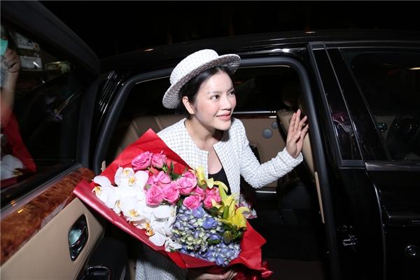 Cô vẫy tay chào mọi người và lên xe để di chuyển về nhà. - Tin sao Viet - Tin tuc sao Viet - Scandal sao Viet - Tin tuc cua Sao - Tin cua Sao