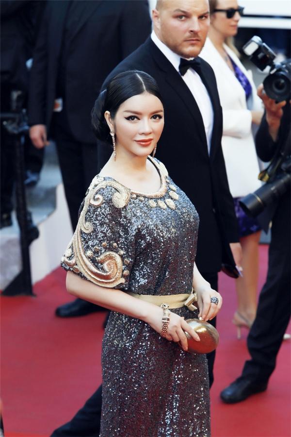 Lý Nhã Kỳ không chỉ xuất hiện tại thảm đỏ Cannes mà còn tại những hàng ghế VIP và các bàn tiệc VIP tại Cannes.