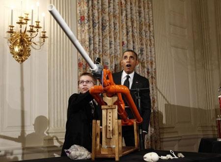 """Obama trước """"tác phẩm"""" của một cậu bé tại Hội chợ khoa học Nhà Trắng lần 2."""