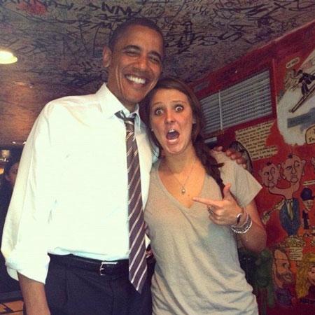 """Bức ảnh Obama chụp với một người """"hâm mộ"""" khi bất ngờ ghé thăm một quán bar ở Colorado."""