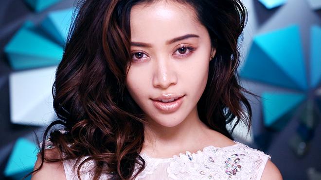 """Michelle Phan được cộng động những người yêu thích làm đẹp trên thế giới mệnh danh như """"phù thủy trang điểm"""". Trang BuzzFeed thậm chí còn gọi cô gái gốc Việt là """"nữ hoàng sắc đẹp"""". Cô nằm trong danh sách 30 người trẻ nổi bật dưới 30 tuổi mảng Nghệ thuật và Phong cách do Forbes bình chọn."""