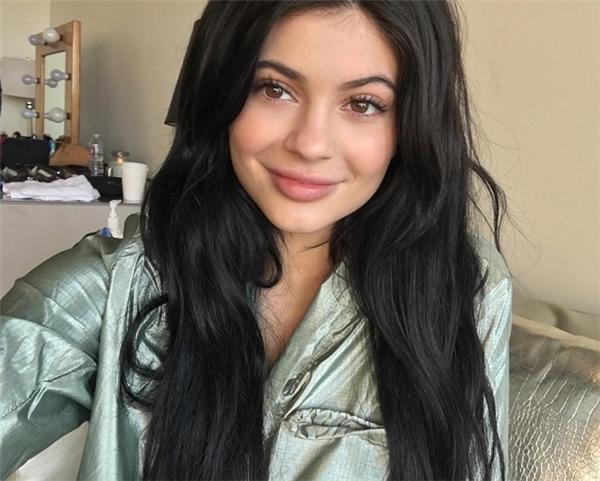 """""""Hot girl Hollywood"""" là danh xưng báo giới ưu ái gọi Kylie Jenner. Với khuôn mặt khả ái, thân hình gợi cảm và phong cách mặc thời thượng, Kylie đang sở hữu Instargram có hơn 30 triệu người theo dõi."""