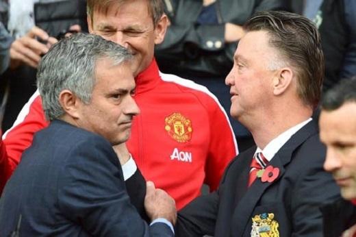 Mourinho (trái) chờ tới ngồi vào ghế của Van Gaal để lại ở MU