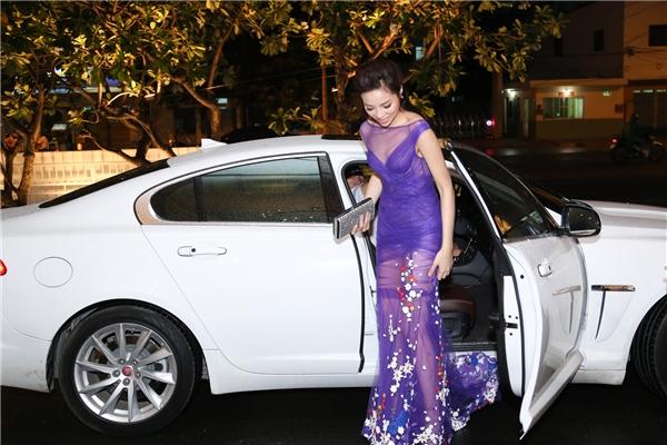 """Mặc dù đã đầu tư kĩ lưỡng về ngoại hình, người đẹp vẫn mắc phải sự cố. Trang phục mỏng tang thiếu độ che phủ cần thiết khiến Hoa hậu Việt Nam 2014 đã có khoảnh khắc """"hớ hênh"""". - Tin sao Viet - Tin tuc sao Viet - Scandal sao Viet - Tin tuc cua Sao - Tin cua Sao"""