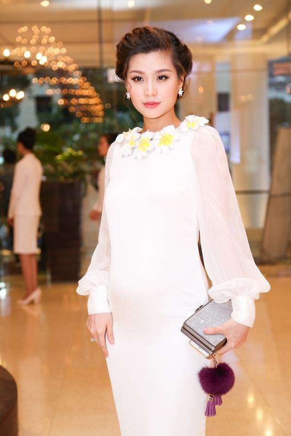 Đang mang bầu ở tháng thứ 5 nhưng Á hậu Hoa hậu Việt Nam 2014Diễm Trang vẫn tham gia buổi họp báo.Người đẹp nổi bật vớitrang phục váy voantrắng tinh khôi, quý phái. - Tin sao Viet - Tin tuc sao Viet - Scandal sao Viet - Tin tuc cua Sao - Tin cua Sao