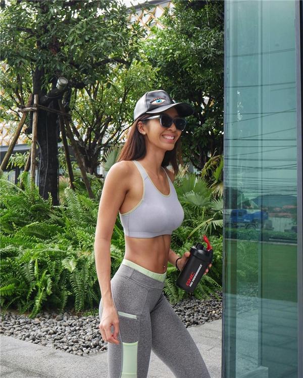 Người ta dễ nhầm Alita thành một huấn luyện viên phòng gym.