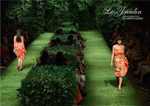 Sàn diễn mang người xem trở về với thiên nhiên trong một khu vườn tràn ngập cây xanh. Cũng chính sắc xanh giúp các thiết kế nổi bật lên như những đóa hoa đang độ khoe sắc.