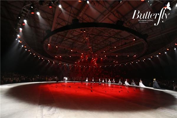 Để chuẩn bị cho phần xuất hiện ban đầu của 90 người mẫu, Đỗ Mạnh Cường chi mạnh tay cho một chiếc rèm nhung hơn 500 mét. Dù chỉ là động tác kéo màn chớp nhoáng nhưng đã phải sử dụng hàng chục người.