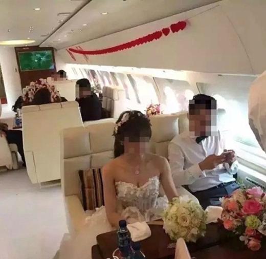 Toàn bộ phù dâu, phù rể cùng những người trong đoàn đưa dâu đều được đưa đón trên chiếc máy bay trị giá cả một gia tài khổng lồ (Ảnh Dân Việt)